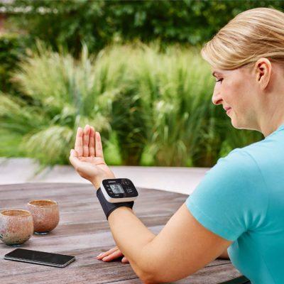 Blutdruckmessgerät Handgelenk – die 4 besten Handgelenk Blutdruck Messgeräte Test & Tipps